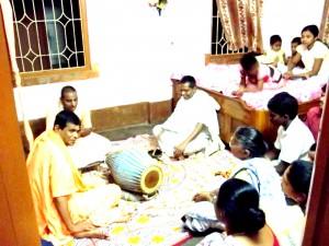 <h3> Bhakti Niskama Shanta Maharaj delivering Harikatha</h3>