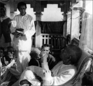 <h3> Srila Govinda Maharaja and Srila Prabhupada</h3>