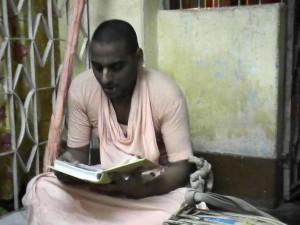 <h3> Bhakti Niskama Shanta Swami leading the kirtan</h3>