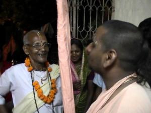 <h3> The hosts receiving Shanta Maharaj</h3>