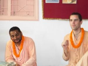 <h3> Sripad Tyagi Maharaja addressing the devotees in the Natmandir</h3>